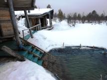 Sauna y laguna congelada