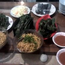 Noodles y pescado en hoja de platanero