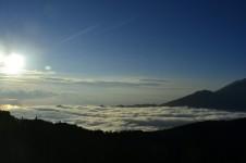 Un mar de nubes rodea el volcán