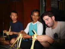 Entrelazando hojas de coco
