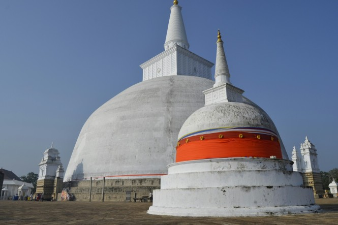 2017-02-sri-lanka-Anuradhapura-Dagoba-Ruvanvelisaya-4.JPG