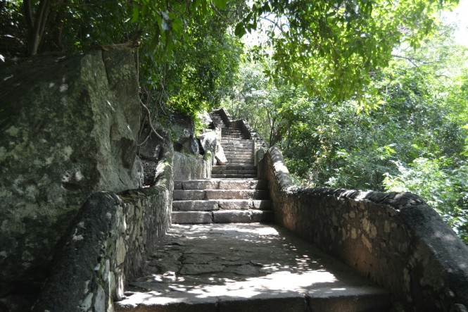 2017-02-sri-lanka-dambulla-cuevas-escaleras.JPG