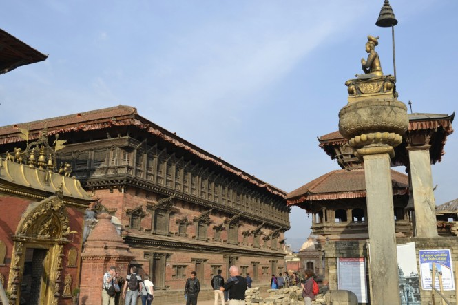 2017-03-nepal-Bhaktapur-Plaza-Durbar-columna-rey-malla.JPG