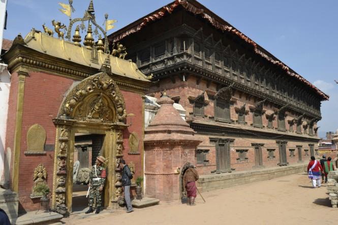 2017-03-nepal-Bhaktapur-Plaza-Durbar-puerta-dorada-palacio-55-ventanas.JPG