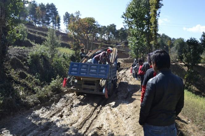 2017-03-nepal-dhulikhel-ruta-namobuddha-25-jeep-atascado-barro