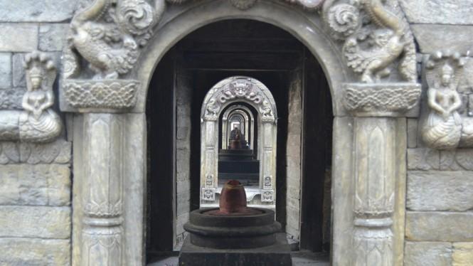 2017-03-nepal-Pashupatinath-shiva-shrines-2
