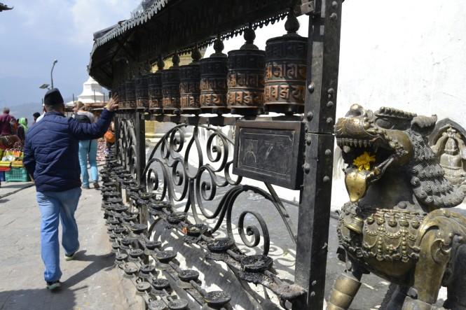 2017-03-nepal-Swayambhunath-8-cilindros-budistas