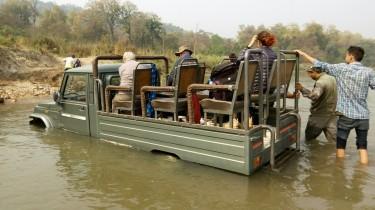 Chitwan - Jeep atascado en el río