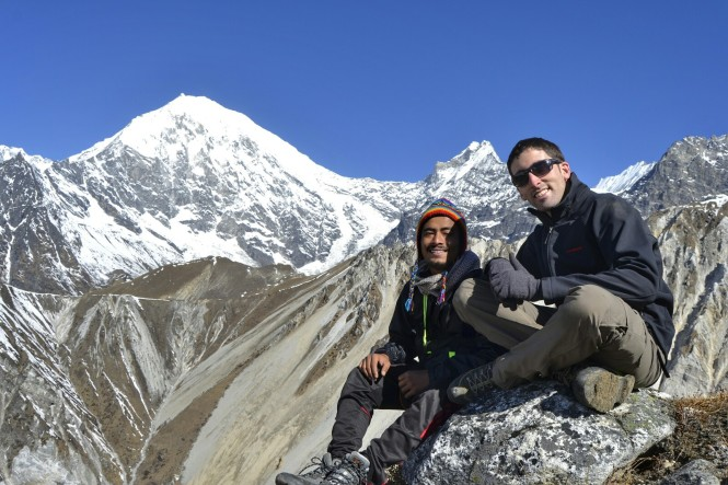 2017-03-nepal-Trekking-LGH-Dia-4-Tsergo-Ri-cima-entre-picos.jpeg