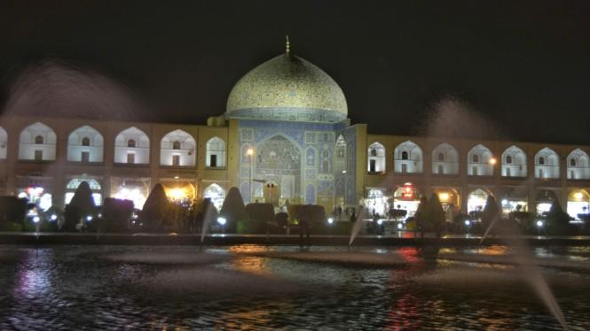2017-04-iran-Isfahan-Masjed-e-Sheikh-Loftollah-nocturna