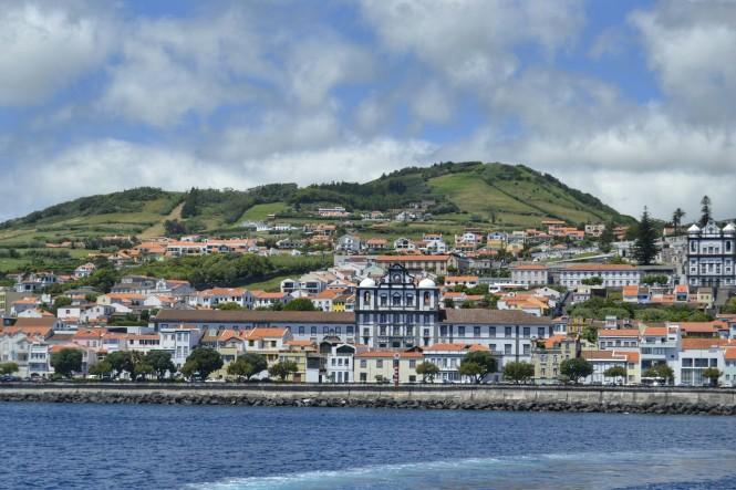 2017-07-azores-faial-horta-desde-ferry.jpeg