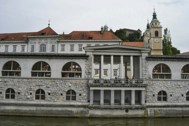 2018-07-eslovenia-ljubljana-kolonada-trznica-2