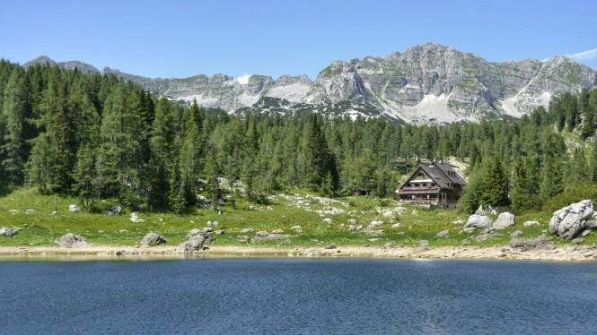 2018-07-eslovenia-alpes-julianos-triglav-etapa-1-22-dvojno-jezero-Koca-Pri-Triglavskih-Jezerih.jpeg