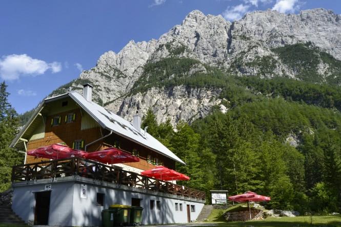 2018-07-eslovenia-alpes-julianos-triglav-etapa-3-39-aljazev-dom-v-vratih