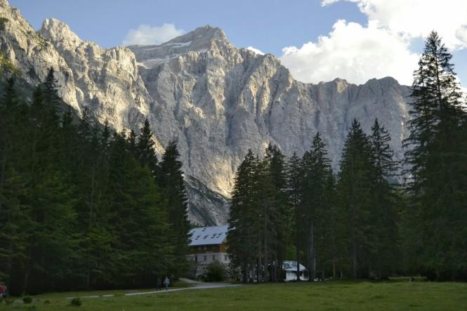 2018-07-eslovenia-alpes-julianos-triglav-etapa-3-40-aljazev-dom-v-vratih