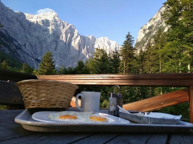 2018-07-eslovenia-alpes-julianos-triglav-etapa-4-01-aljazev-dom-v-vratih-desayuno