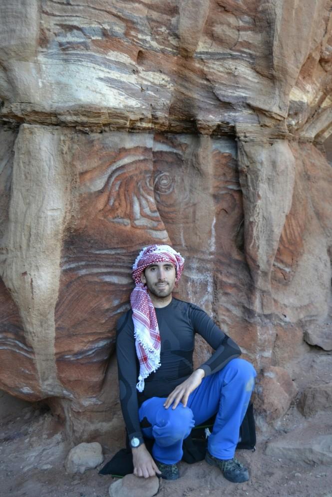 2018-12-jordania-petra-al-habis-06-camino-colores.jpeg