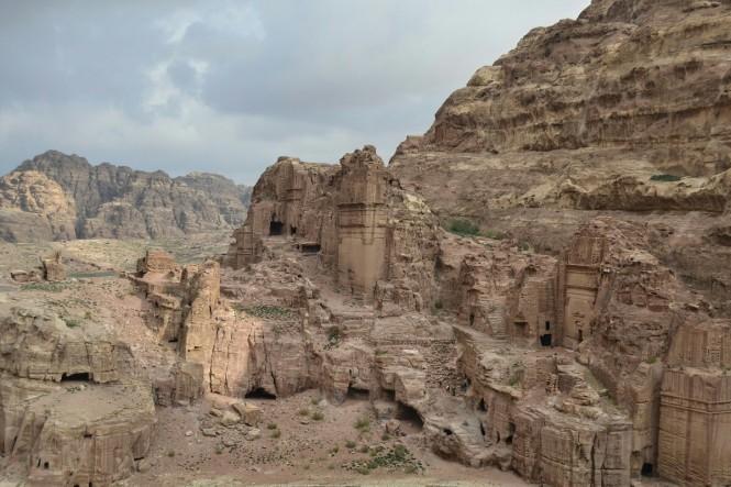 2018-12-jordania-petra-alto-del-sacrificio-10-descenso-calle-fachadas.jpeg