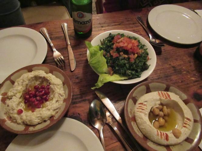 2018-12-libano-comida-mezyan-mtbbal-betenjan-tabouleh-hummus.jpeg