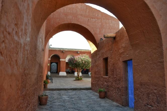 2019-08-peru-arequipa-convento-santa-catalina-03-patio-silencio.jpeg