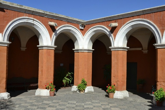 2019-08-peru-arequipa-convento-santa-catalina-04-patio-silencio