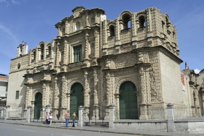 2019-08-peru-cajamarca-plaza-de-armas-2-catedral.jpeg