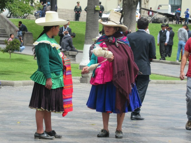 2019-08-peru-cajamarca-plaza-de-armas-8-cholitas