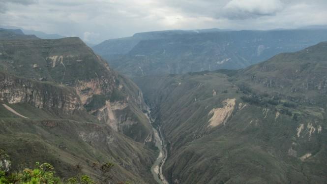 2019-08-peru-chachapoyas-pueblo-muertos-03-descenso