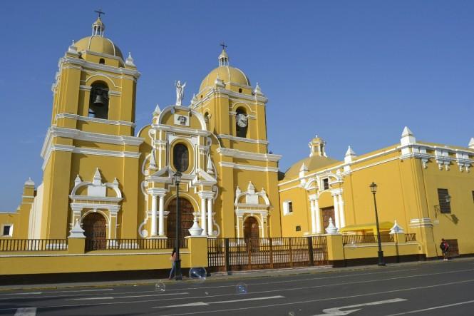 2019-08-peru-trujillo-plaza-de-armas-06-catedral