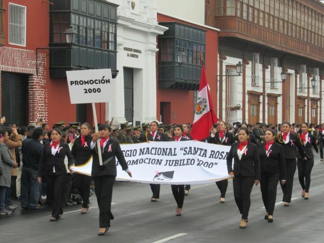 2019-08-peru-trujillo-plaza-de-armas-28-desfile.jpeg