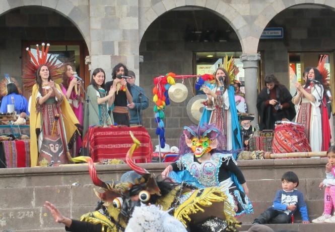 2019-09-peru-cusco-07-plaza-de-armas-actuacion.jpeg