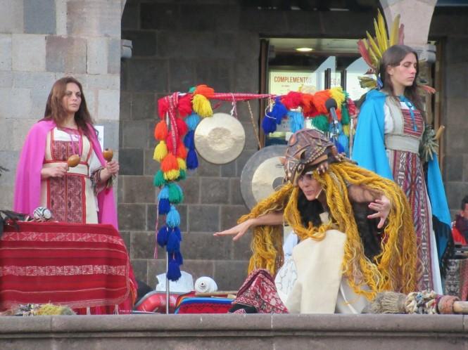 2019-09-peru-cusco-08-plaza-de-armas-actuacion.jpeg