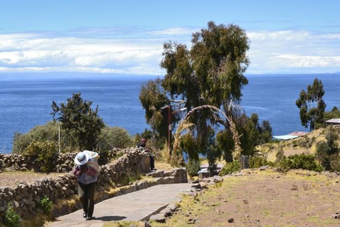 2019-09-peru-titicaca-isla-taquile-13-bajando-al-puerto.jpeg