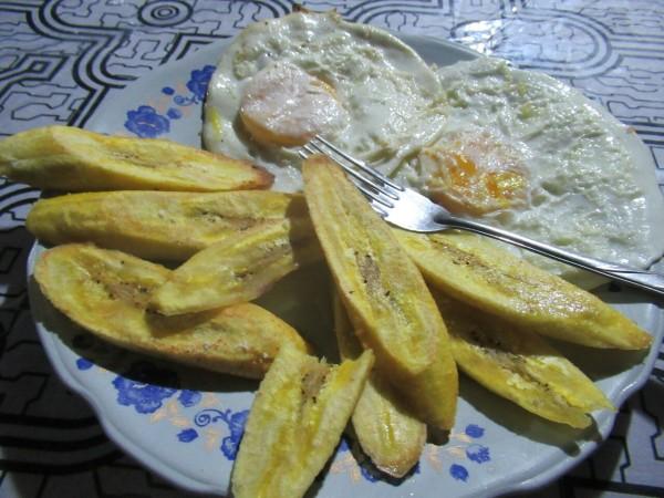 2019-09-peru-gastronomia-pacaya-samiria-huevos-platano-frito