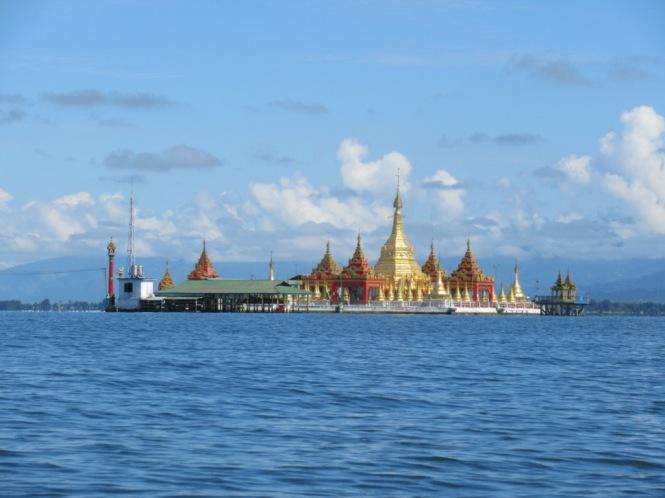 2019-10-myanmar-indawgyi-shwe-myitzu-pagoda-kayak-05
