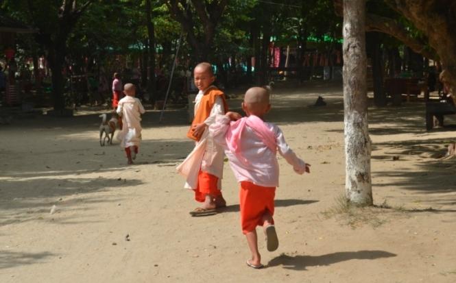 2019-10-myanmar-Mingun-ninos-monjes