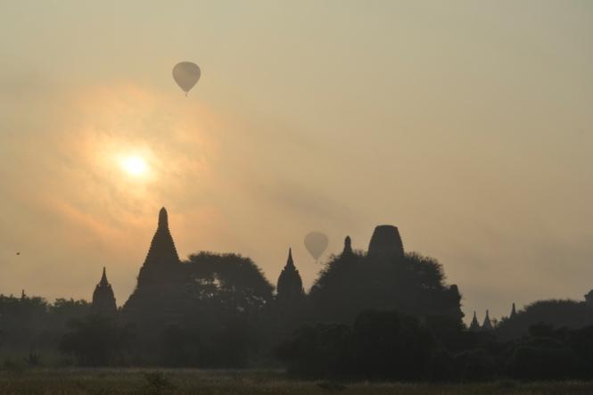 2019-11-myanmar-bagan-amanecer-brick-mound-4-persiguiendo-globos
