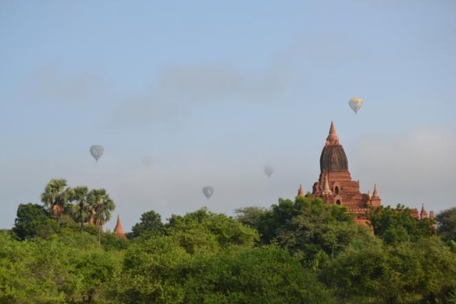 2019-11-myanmar-bagan-amanecer-brick-mound-6-persiguiendo-globos