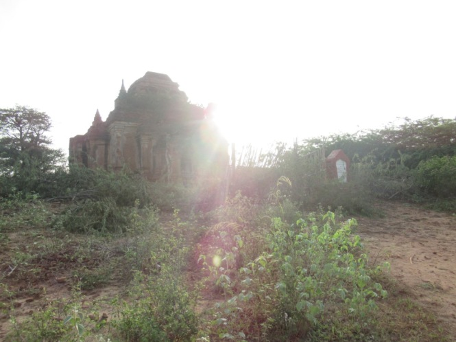 2019-11-myanmar-bagan-amanecer-pagoda-furtiva-dhammayazaka-23