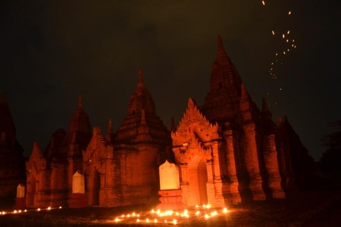 2019-11-myanmar-bagan-cerca-templo-khayminga-velas-1