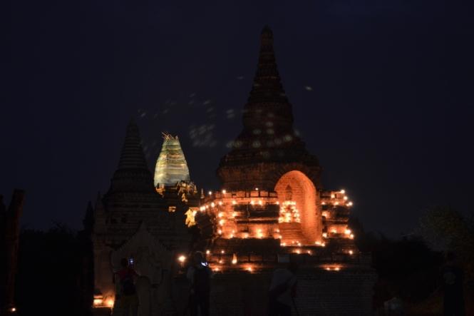 2019-11-myanmar-bagan-cerca-templo-khayminga-velas-3