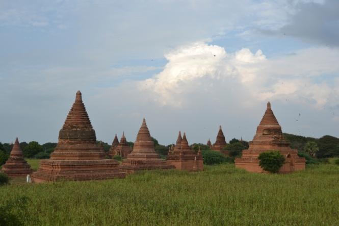 2019-11-myanmar-bagan-cerca-templo-khayminga-vistas-muro-1