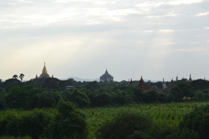 2019-11-myanmar-bagan-cerca-templo-khayminga-vistas-muro-3