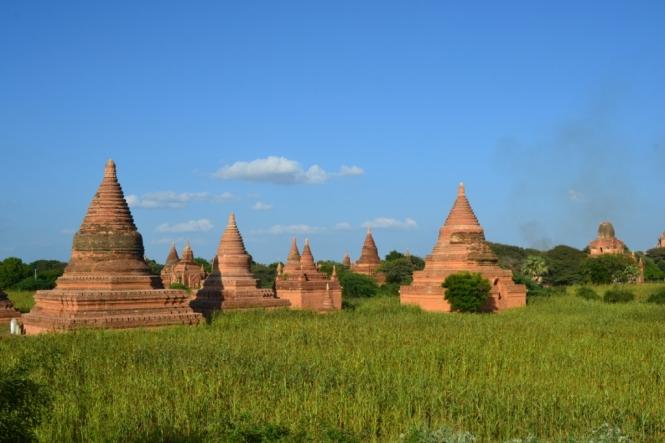 2019-11-myanmar-bagan-cerca-templo-khayminga-vistas-muro-9