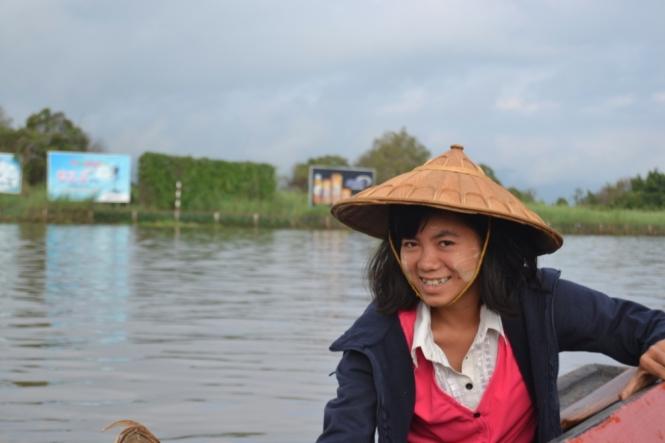 2019-11-myanmar-lago-inle-tour-barca-18-vendedora