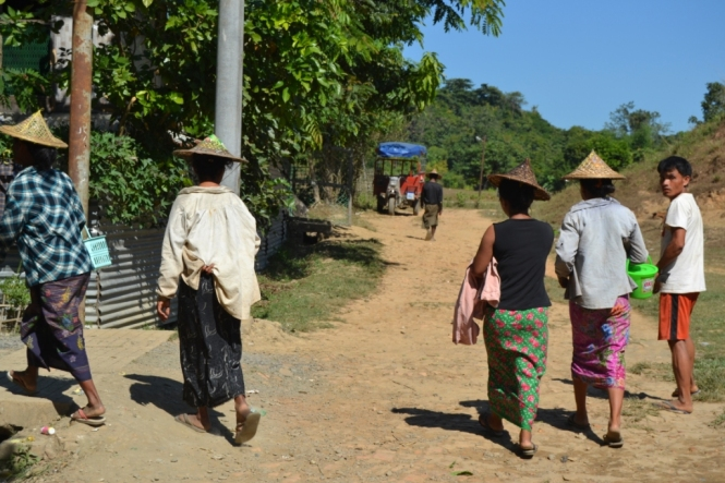2019-11-myanmar-Mrauk-U-lago-letse-kan-gente