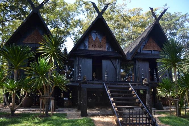 2019-11-tailandia-chiang-rai-baan-dam-museo-casa-negra-4