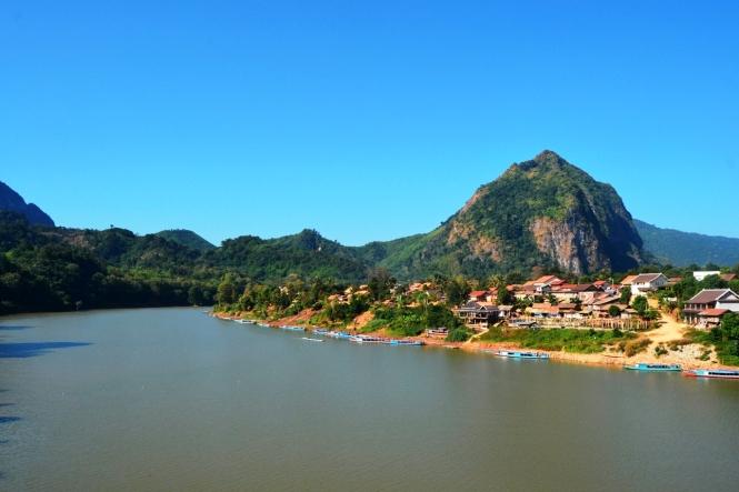 2019-12-laos-nong-khiaw-pueblo-puente-6-vistas-nam-ou