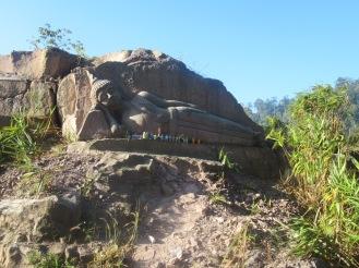 2019-12-laos-thakhek-loop-dia-2-01-buda-en-la-roca