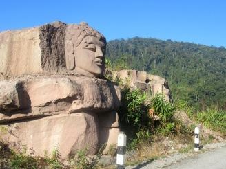2019-12-laos-thakhek-loop-dia-2-02-buda-en-la-roca